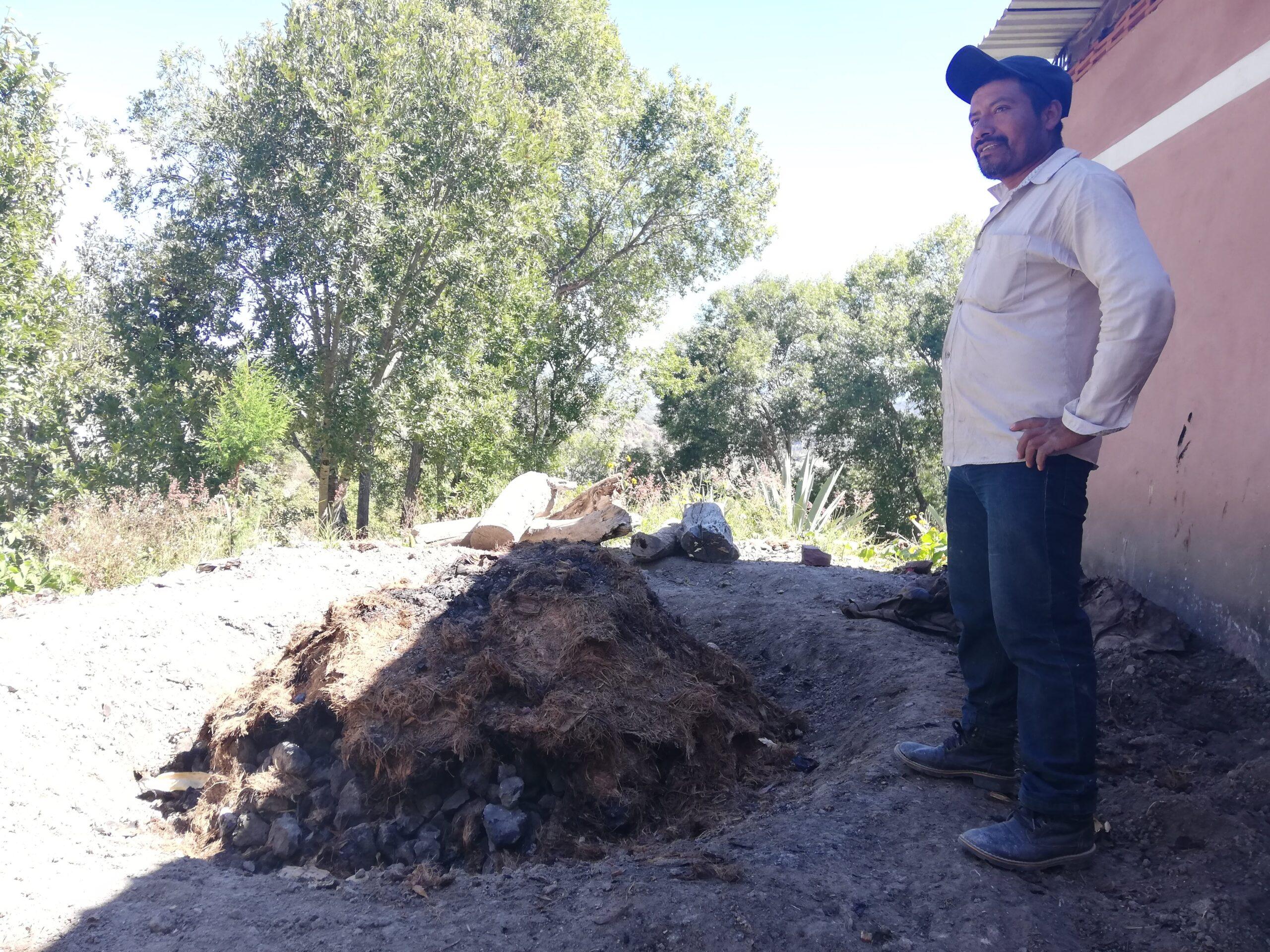 Maestro mezcalero Hilario Cruz en su horno cónico de tierra Foto tomada del archivo de Aventureros del Mezcal.